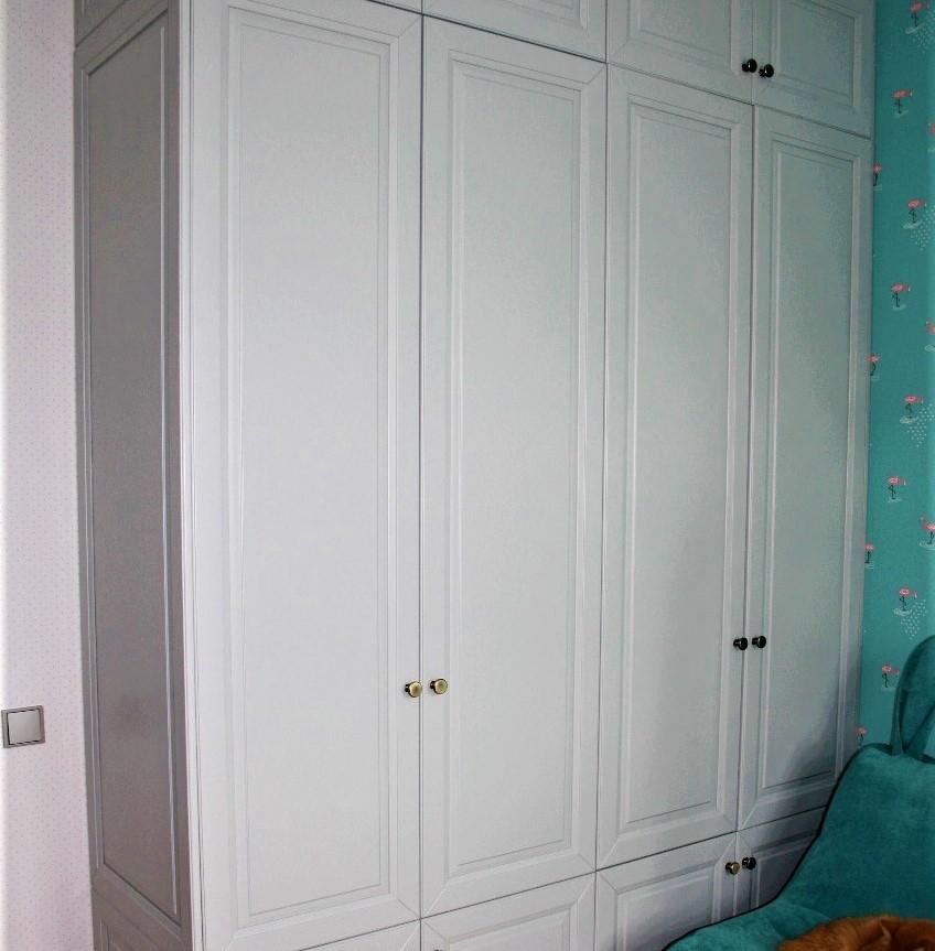 Шкаф на заказ с деревянными фасадами