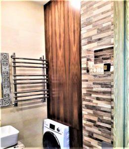 Встроенный шкаф в нишу для ванной комнаты из Американского Ореха